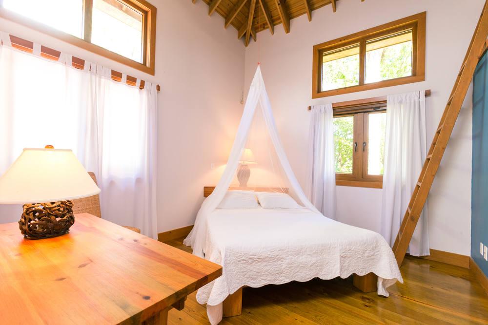 Guest-bedroom-with-queen-bed-1