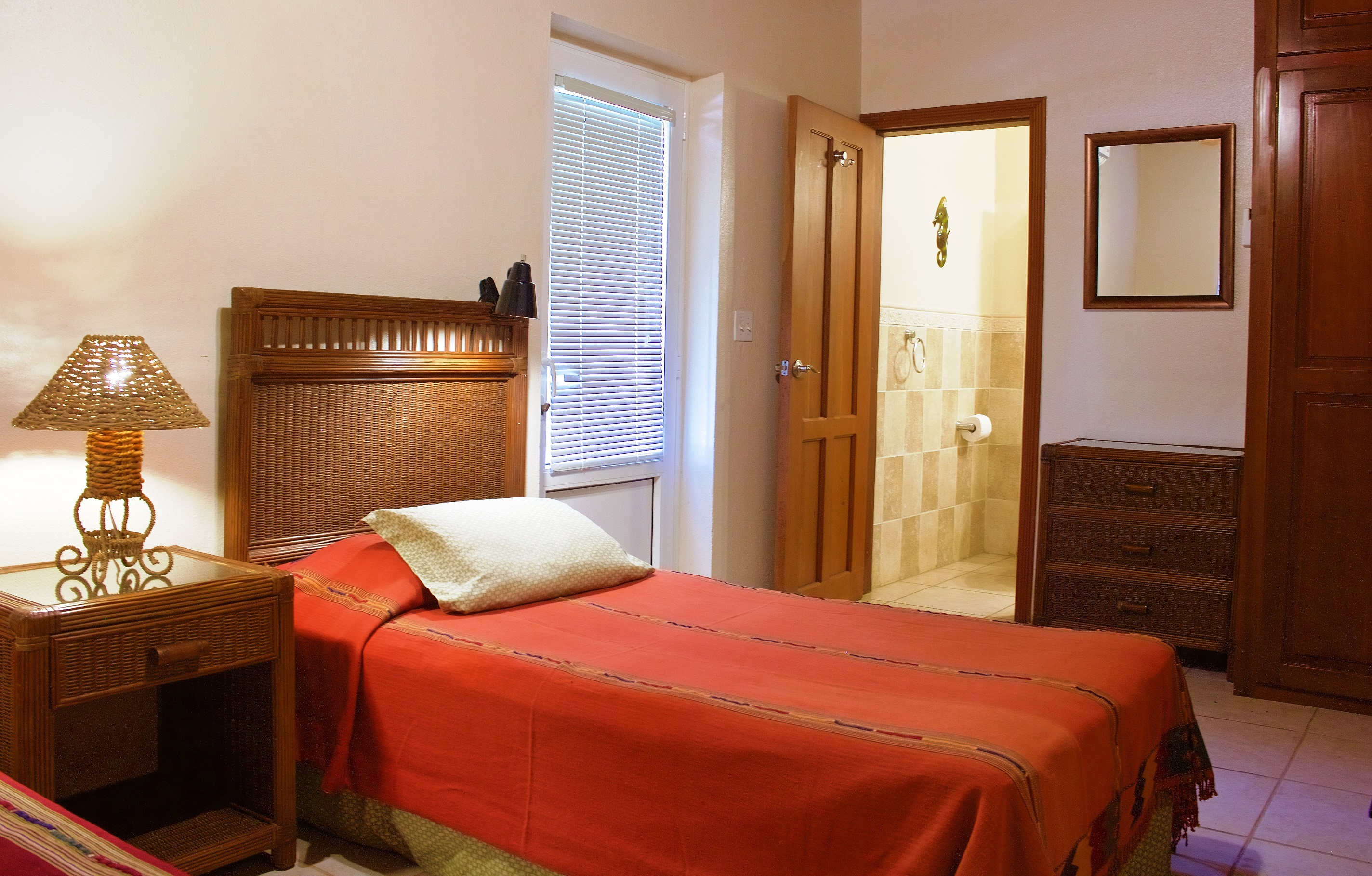 SV4B-guest-bedroom-en-suite-bathroom