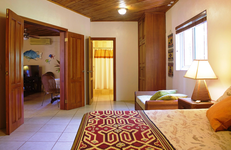SV4B-master-bedroom-en-suite-bathroom